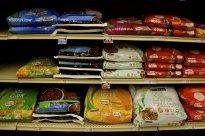 półka sklepowa z karmami dla psów